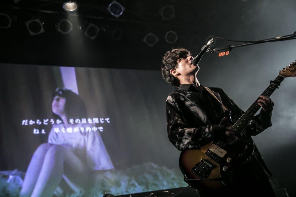 ドラムの響きと共にMusic Videoがスクリーンに映し出され始まった1曲目は、彼らの代表曲でもある「性癖」。